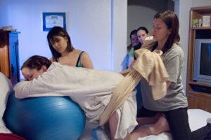 soutien de la sage-femme avec une écharpe pour soulager les contractions