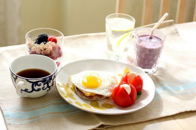 tomates, fruits, oeufs, pain complet, petit déjeuner complet, petit déjeuner salé