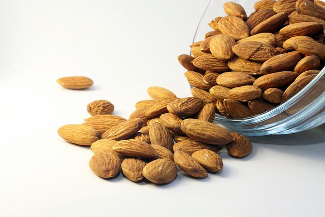 les amandes font partie des aliments alcalinisants qui soulagent les brûlures d'estomac pendant la grossesse.