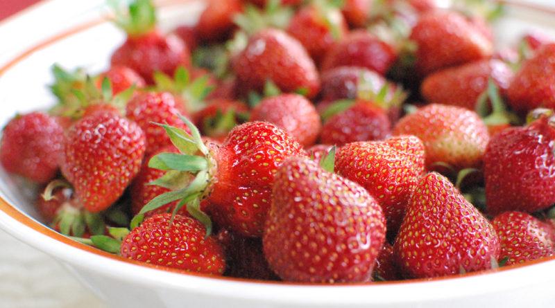 des fraises offertes à chaque femme enceinte