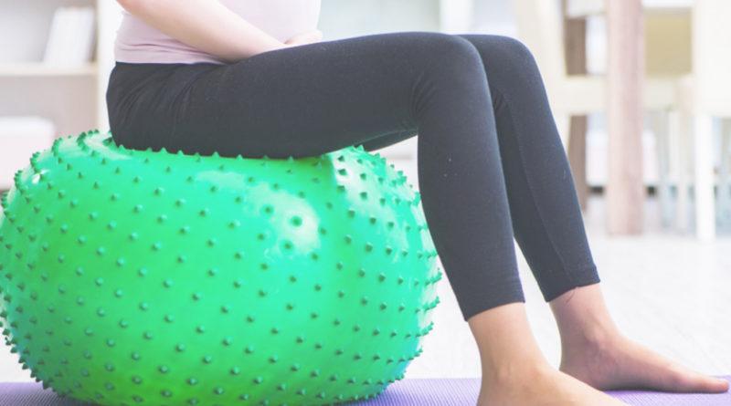 les mouvements sur un ballon d'exercice pendant l'accouchement soulagent la douleur de façon naturelle